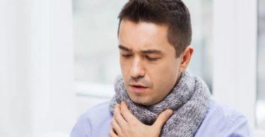 Muž s bolestmi v krku