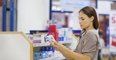 žena vybírá léky v lékárně