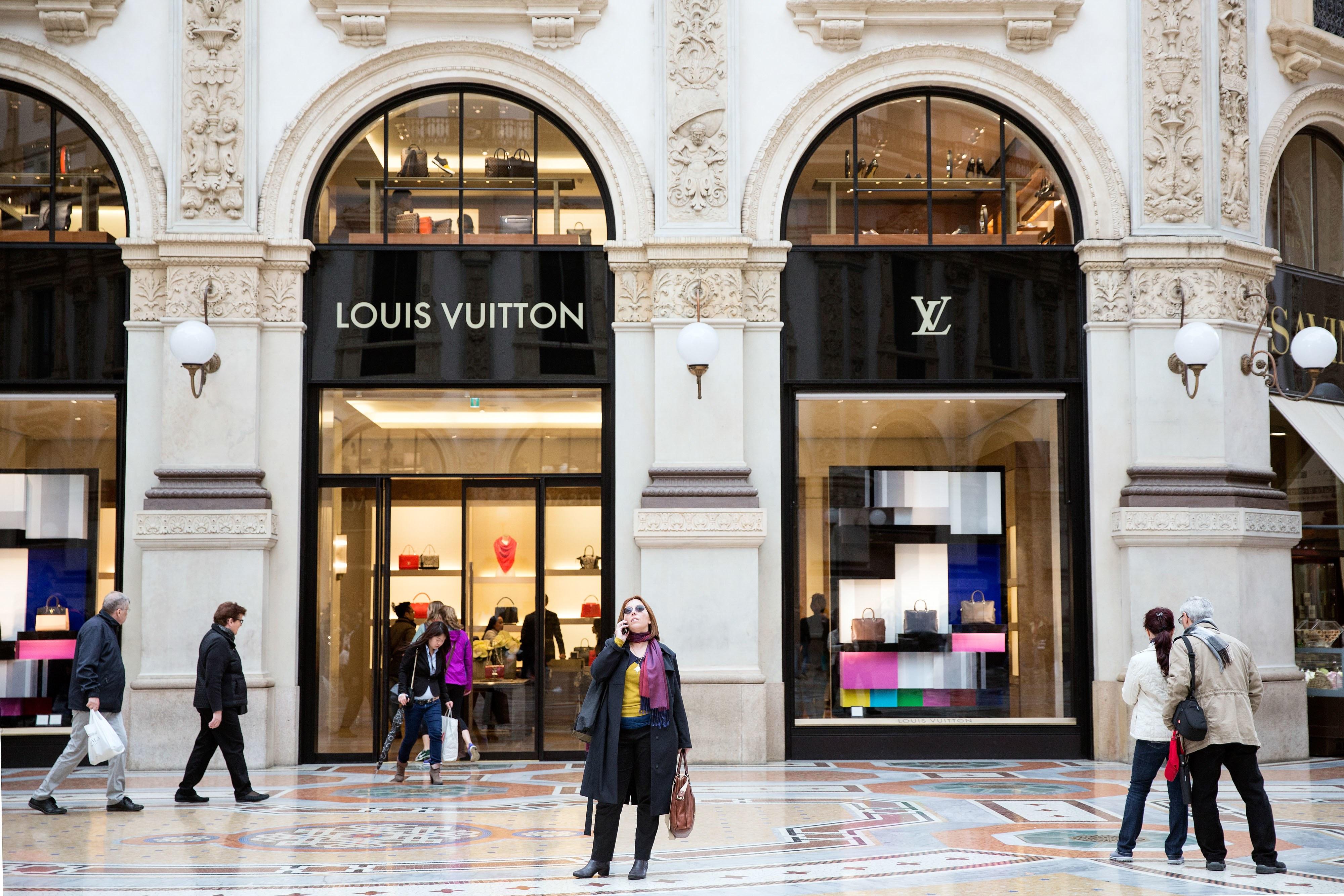 c2d4d7a449 Někteří rappeři se o značce Louis Vuitton dokonce zmiňují ve svých písních.  Společnost využívá tištěných reklam v různých časopisech